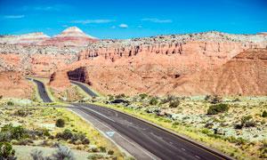 蓝天下山中的公路景观摄影图片