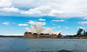 蓝天白云下的悉尼歌剧院摄影图片