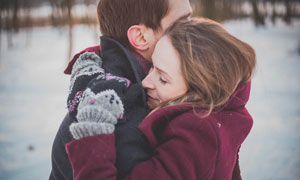 紧紧拥抱的情侣高清摄影图片