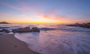 黄昏下美丽的海边和岩石摄影图片