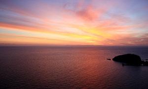 黄昏下海中礁石美景摄影图片