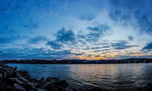 傍晚海边美丽的岩石摄影图片
