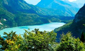 青山之中美丽的湖泊美景摄影图片
