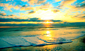 夕阳下海边美丽的海滩摄影图片