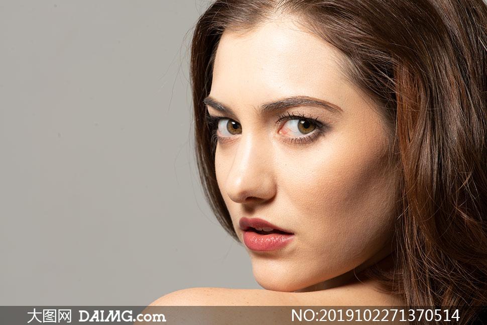 回头看的红唇香肩美女模特摄影原片