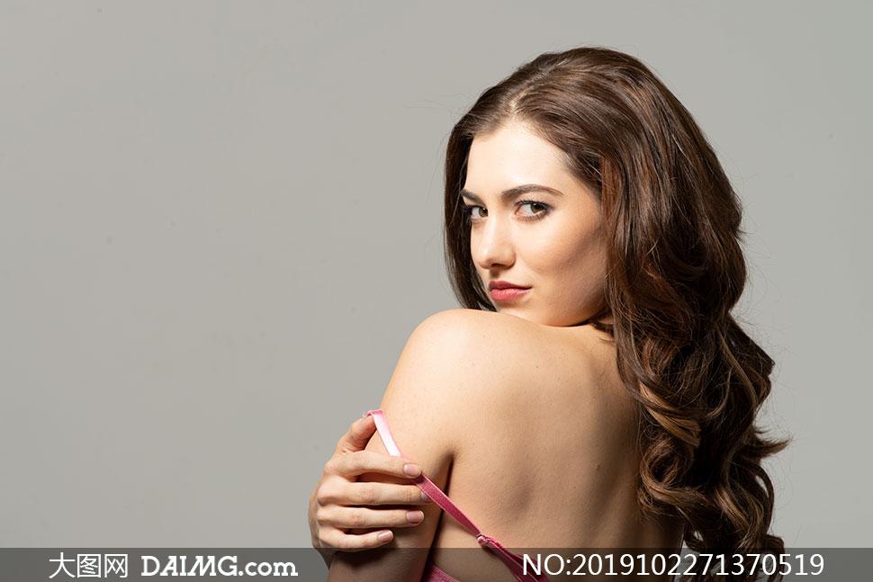 内衣肩带掉落的披肩发美女摄影原片