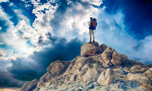 登上山顶的探险者高清摄影图片