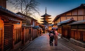 日式建筑五重塔和街道夜景摄影图片