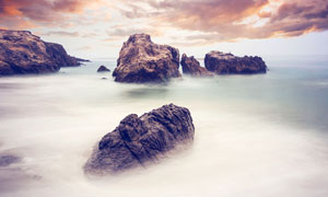 山顶岩石和美丽的云海摄影图片