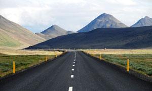 大山之中的公路美景摄影图片