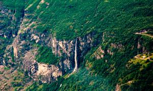 悬崖上的山林美景摄影图片