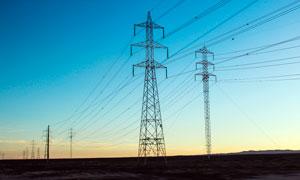 夕阳下的高压电塔高清摄影图片