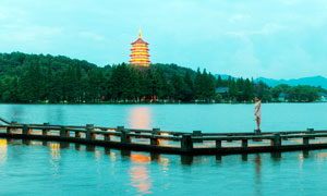 美丽的西湖夜景和雷峰塔景观摄影图片