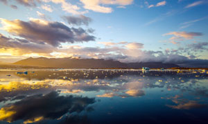 傍晚海平面美丽的天空倒影摄影图片