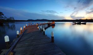 傍晚湖边栈桥和湖中小船摄影图片