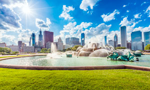 阳光下城市公园中喷泉摄影图片