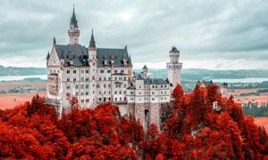 秋季山顶下欧式城堡摄影图片