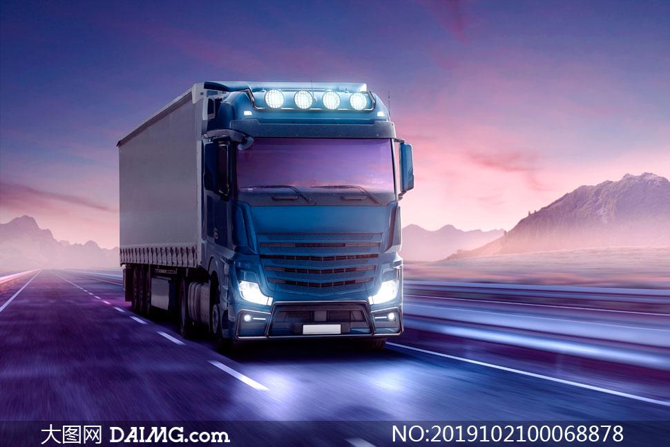 在公路上行驶的厢式货车摄影高清图片