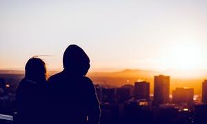 站在楼顶看夕阳的情侣背影摄影图片