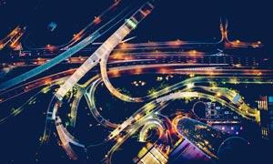 城市夜晚道路和立交桥鸟瞰图摄影图片