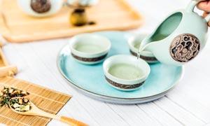 正在倒茶水的茶艺文化高清摄影图片