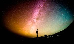 星空下抬头看星空的人物剪影摄影图片