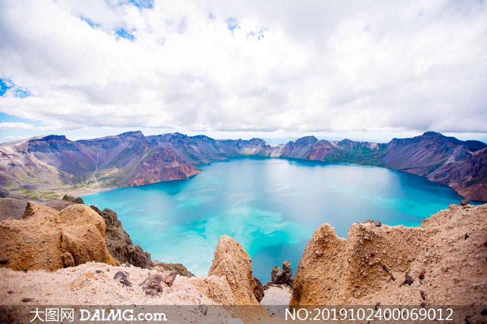 蓝天白云下的山顶美丽湖泊摄影图片