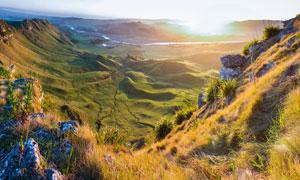 清晨山顶俯拍山脚美景摄影图片