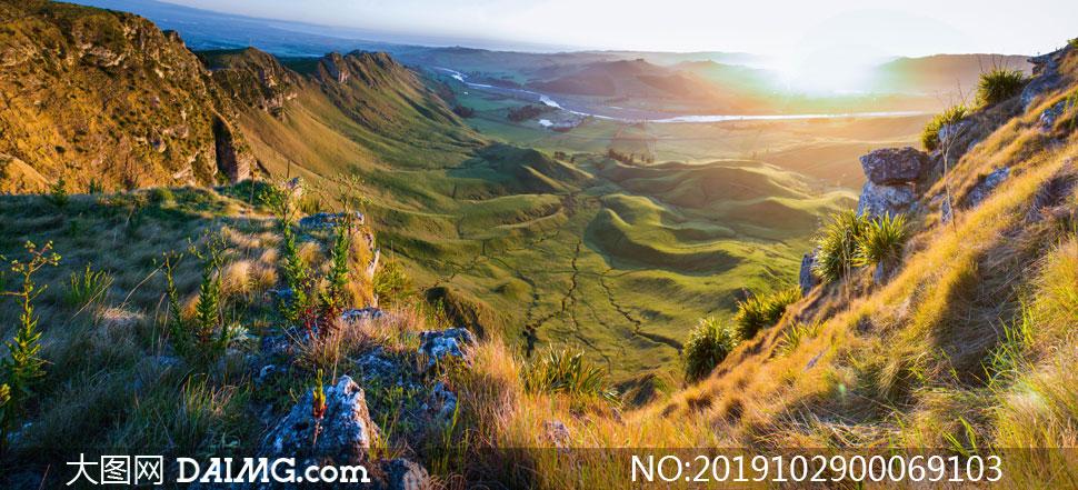 清晨山頂俯拍山腳美景攝影圖片