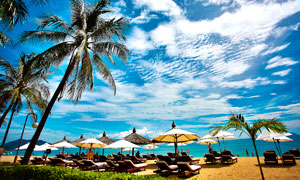 蓝天下的海边度假景区摄影图片