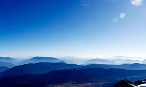 清晨陽光下的山頂美麗風光攝影圖片