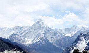 遠方美麗的高山和雪山攝影圖片
