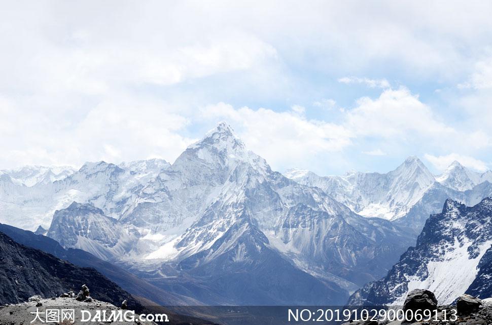 远方美丽的高山和雪山摄影图片