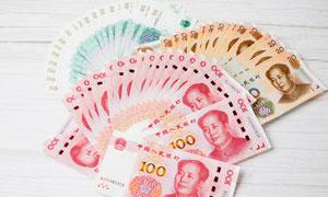 桌子上摆放的人民币高清摄影图片