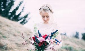 手捧着美丽鲜花的新娘高清摄影图片