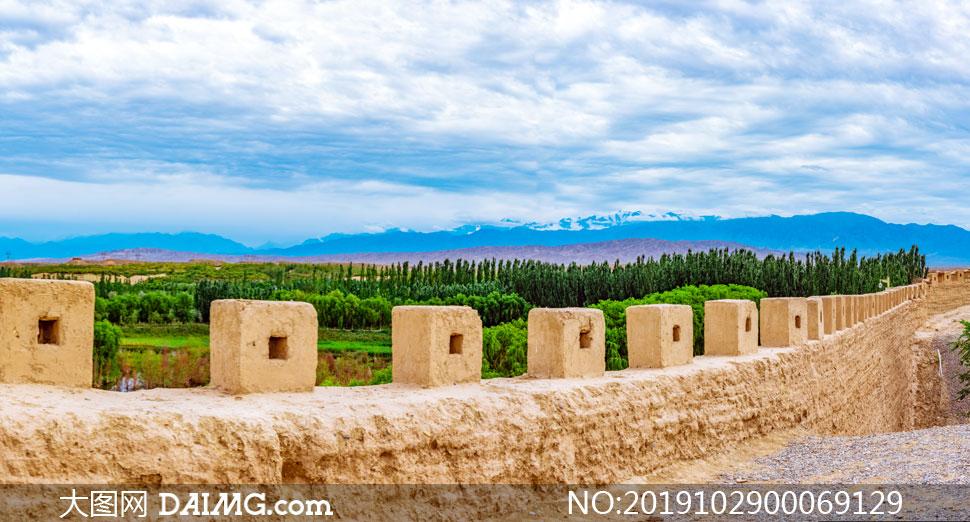白云下的嘉峪关城墙高清摄影图片