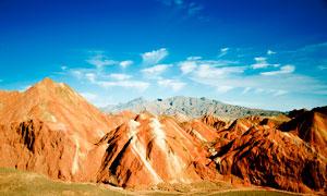 蓝天下的丹霞地貌高清摄影图片
