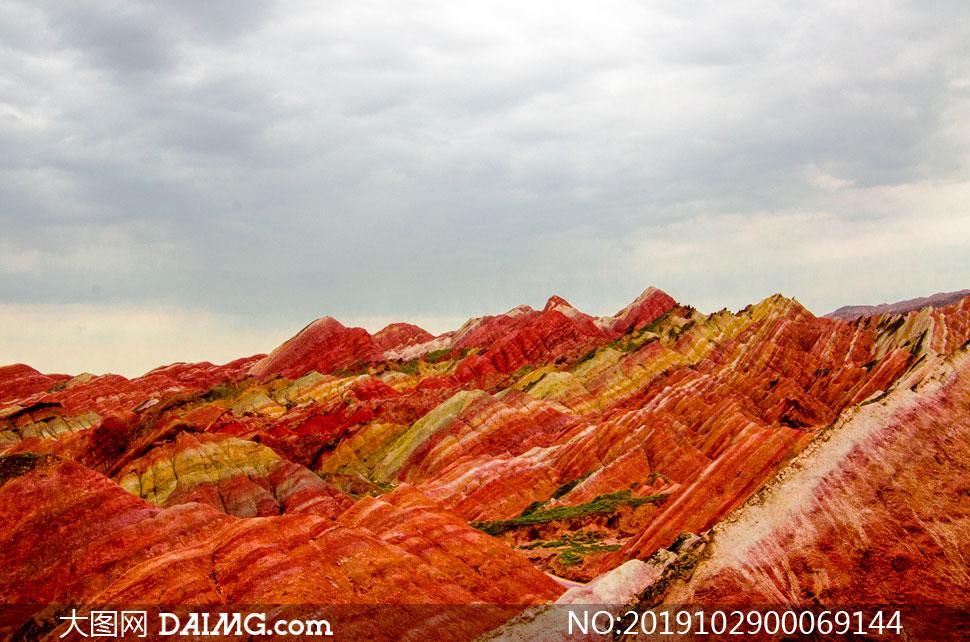烏云下的丹霞地貌旅游攝影圖片