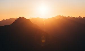 清晨陽光下的山頂風光高清攝影圖片