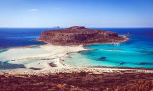 蓝天下的海边岛屿美景摄影图片