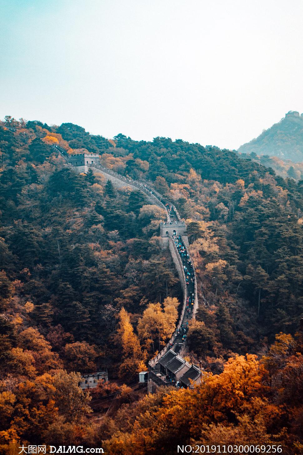 秋季山岭中美丽的长城景观摄影图片