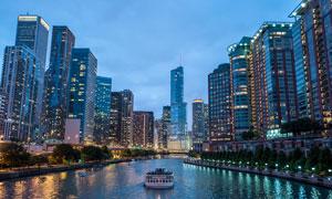 夜晚城市河流和建筑物夜景摄影图片