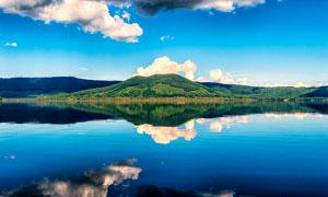 蓝天下的青山和湖泊倒影摄影图片