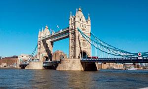 蓝天下的伦敦塔桥高清摄影图片