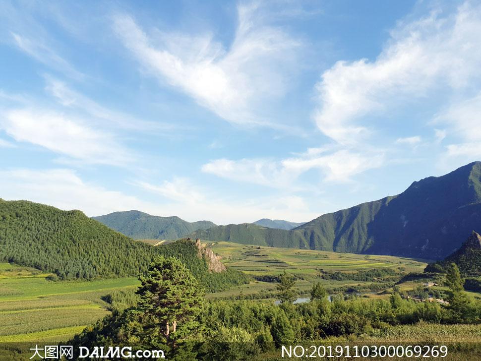 青山脚下的农作物高清摄影图片