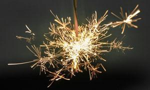 夜晚燃放的烟花高清摄影图片