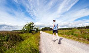 在田园户外道路上跑步的男人摄影图片