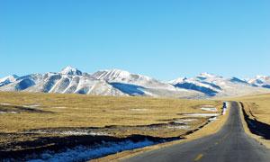 雪山下的青藏公路美景摄影图片