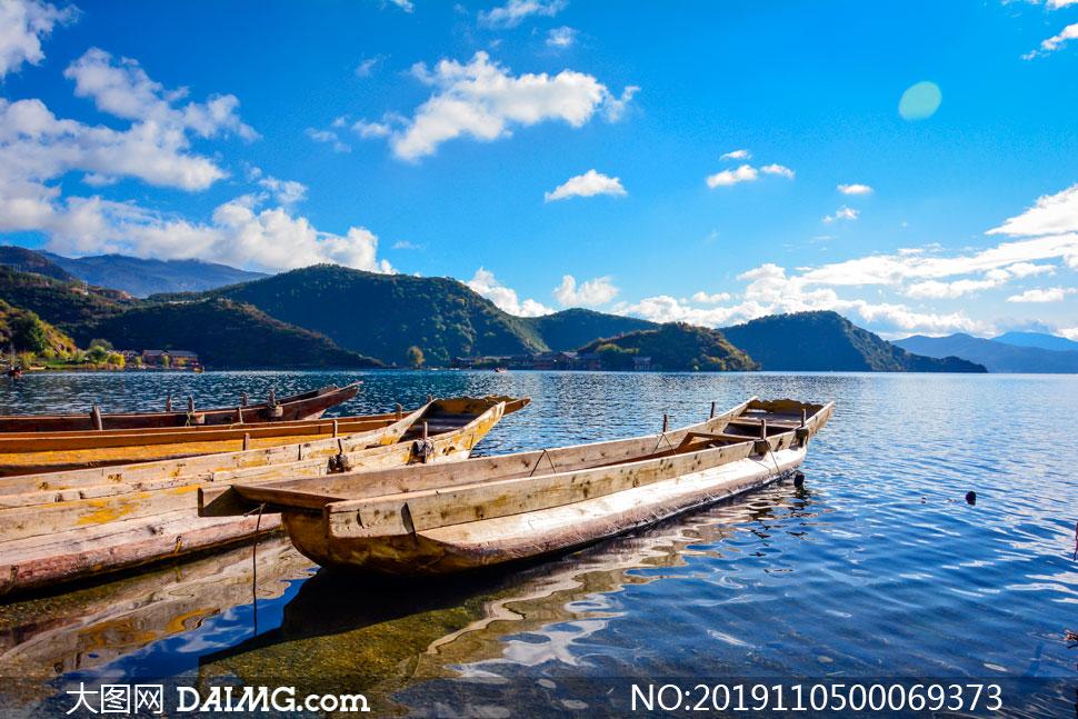 蓝天下湖边停泊的小船摄影图片