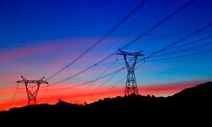 傍晚晚霞下的电网电塔摄影图片